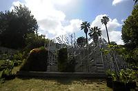 The Living Chapel è una Cappella Vivente come luogo di profonda armonia tra natura, musica, arte, architettura e umanità. <br /> The Living Chapel  è un giardino verticale nel quale sono inseriti in maniera temporanea 3.000 giovani alberi che al termine dell'estate saranno donati per il recupero di aree verdi e per la creazione di nuovi giardini. <br /> Ispirato al programma delle Nazioni Unite, l'Agenda 2030 per lo Sviluppo Sostenibile, e all'Enciclica 'Laudato Si', progettato da un team internazionale di architetti, musicisti e artisti. <br /> L'Orto botanico di Roma è uno dei partner di questa iniziativa, contribuendo ad ospitare ed allestire la Cappella Vivente.<br /> <br /> THE LIVING CHAPEL<br /> The Living Chapel is a place of profound harmony between nature, music, art, architecture and humanity.<br /> The Living Chapel is a vertical garden in which 3,000 young trees are placed temporarily, which at the end of the summer will be donated for the recovery of green areas and for the creation of new gardens.<br /> Inspired by the United Nations program, the 2030 Agenda for Sustainable Development, and the Encyclical 'Laudato Si', designed by an international team of architects, musicians and artists.<br /> The Botanical Garden of Rome is one of the partners of this initiative, helping to host and set up the Living Chapel.