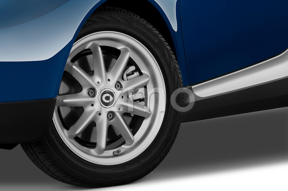 Tire and wheel close up detail view of a 2009 SmartForTwo Cabriolet