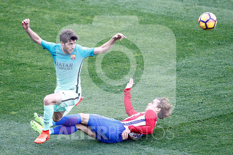 Atletico de Madrid's Antoine Griezmann (r) and FC Barcelona's Sergi Roberto during La Liga match. February 26,2017. (ALTERPHOTOS/Acero)