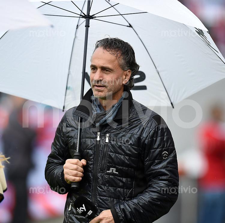 Fussball  1. Bundesliga  Saison 2014/2015   3. SPIELTAG FC Bayern Muenchen - VfB Stuttgart       13.09.2014 Maurizio Gaudino mit Regenschirm