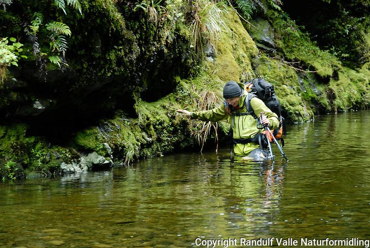 Jente vasser i dyp elv ---- Girl fording a deep river