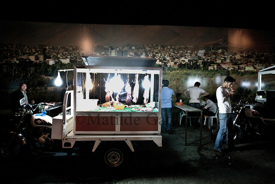 Iraq - Kurdistan - Sulaymaniyah -  Food kiosk where the youth gathers at night in the streets