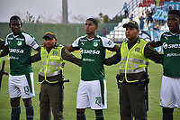 MONTERÍA - COLOMBIA ,30-01-2019: jugadores de Jaguares de Córdoba y del Deportivo Cali apoyan a Policia Nacional de Colombia durante partido por la fecha 2 de la Liga Águila I 2019 jugado en el estadio Municipal Jaraguay de Montería . /  players from Jaguares de Córdoba and Deportivo Cali support the Colombian National Policeduring the match for the date 2 of the Liga Aguila I 2019 played at Municipal Jaraguay Satdium in Monteria City . Photo: VizzorImage / Andrés Felipe López  / Contribuidor.