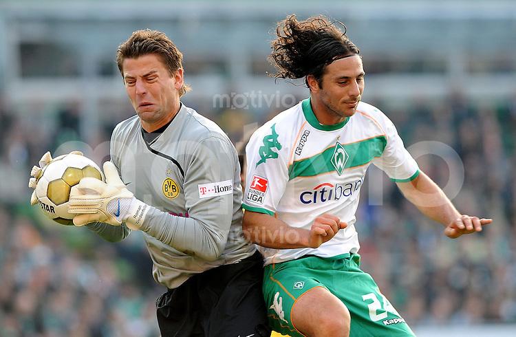 FUSSBALL   1. BUNDESLIGA   SAISON 2008/2009   8. SPIELTAG SV Werder Bremen - Borussia Dortmund                 18.10.2008 Claduio PIZARRO (re, Bremen) scheitert an Roman WEIDENFELLER (li, Dortmund)