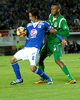 BOGOTA - COLOMBIA -19-10-2013: Rafael Robayo, (Izq.) jugador de Millonarios disputa el balón con John Viafara (Der.) jugador del Deportivo Cali, durante del partido en el estadio Nemesio Camacho El campin de la ciudad de Bogota, octubre 19 de 2013. Milonarios y Deportivo Cali en juego por la fecha 15 de la Liga Postobon II. (Foto: VizzorImage / Luis Ramirez/ Staff.) Rafael Robayo (L) player of Millonarios vies for the ball with John Viafara (R), player of Deportivo Cali during a match at the Nemesio Camacho El Campin Stadium in Bogota city, on October 19, 2013. Millonarios and Deportivo Cali in a game for the fifteenth date of the Postobon Leaguje II. (Photo VizzorImage /Luis Ramirez/ Staff.)