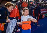 UTRECHT - Fan of the match doet mee aan de warming up,   links Clarinda Sinnige,   tijdens de Pro League hockeywedstrijd wedstrijd , Nederland-China . COPYRIGHT  KOEN SUYK