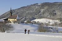 Deutschland, Bayern, Oberbayern, Chiemgau, Inzell Ortsteil Einsiedl: Nordic-Walking durch verschneite Winterlandschaft im Chiemgau | Germany, Upper Bavaria, Chiemgau, Inzell district Einsiedl: Nordic-Walking through winter landscape