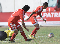 VALLEDUPAR - COLOMBIA-25-07-2015: Ayron del Valle (Der) jugador de America de Cali disdispara para anotar gol durante partido con Valledupar FC por la fecha 3 de vuelta del Torneo Aguila 2015 jugado en el estadio Erasmo Camacho Calamar de la ciudad de Valledupar./ Ayron del Valle (R) player of America de Cali shots to score a goal during match with Valledupar FC for the third date of second leg of Aguila Tournament 2015 played at Erasmo Camacho Calamar stadium in Valledupar city. Photo: VizzorImage / Gabriel Aponte / Staff