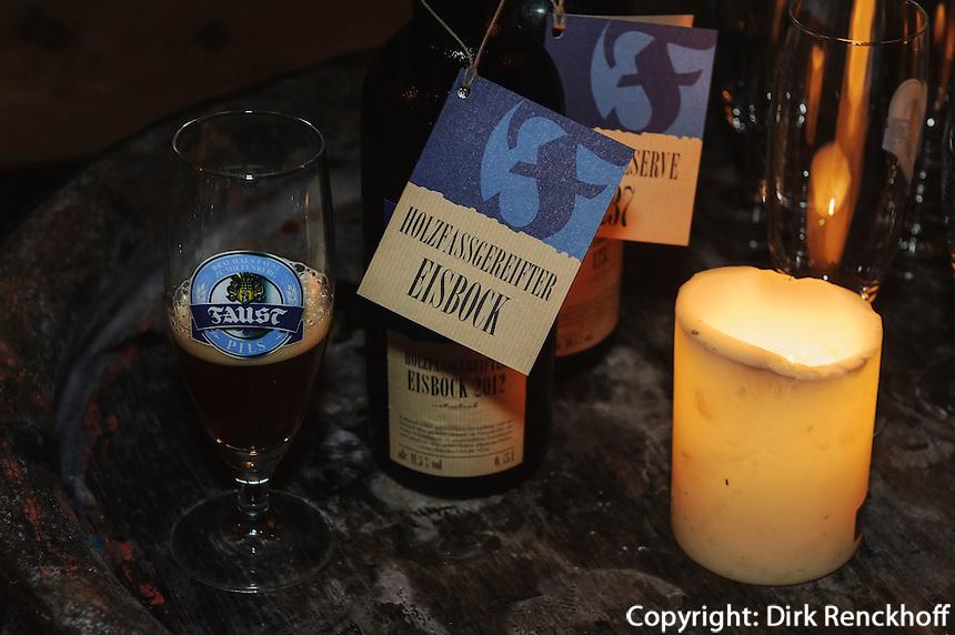 Eisbock-Bier bei Bierverkostung in der Brauerei Faust, Miltenberg in Unterfranken, Bayern, Deutschland