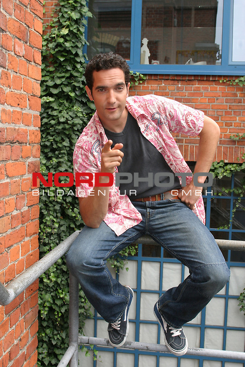 SAT.1: Sketch-Comedy SECHSERPACK, Start der zweiten Staffel am 3.9.2004<br /> Ganzkoerper <br /> Darsteller Thomas M. Held, sitzend auf Gelaender<br /> Foto &copy; nordphoto / Volker Sarbach<br />  *** Local Caption *** Foto ist honorarpflichtig! zzgl. gesetzl. MwSt.<br />  Belegexemplar erforderlich<br /> Adresse: nordphoto<br /> Georg-Reinke-Strasse 1<br /> 49377 Vechta