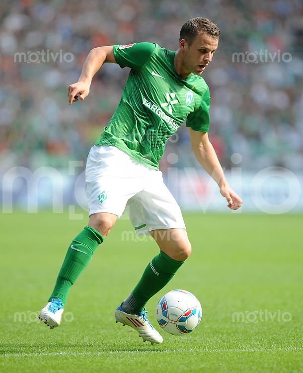 FUSSBALL   1. BUNDESLIGA   SAISON 2011/2012    3. SPIELTAG SV Werder Bremen - SC Freiburg                             20.08.2011 Lukas SCHMITZ (Bremen) EInzelaktion am Ball