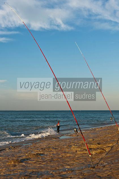 Europe/France/Poitou-Charentes/17/Charente-Maritime/Ile de Ré/Saint-Clément-des-Baleines: Pêche en surfcasting deavnt le PHare des Baleines - La  recherche du poisson dans la vague , autrement appellée surfcasting , se pratique à partir de la côte  et plus particulièrement d'une plage de sable avec une canne posée à la verticale sur un piquet et une ligne appâtée.
