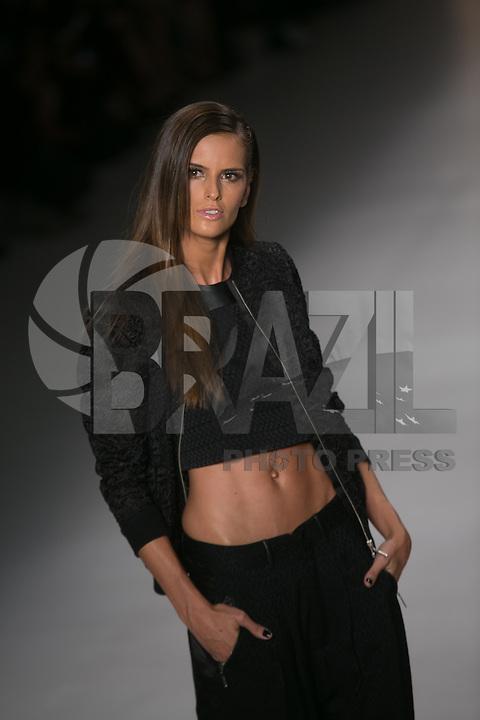 SAO PAULO, SP, 21 DE MARÇO DE 2013. SPFW - PRIMAVERA VERAO 2013 COLCCI. . A top model Izabel Goulart desfila para a marca Colcci na SPFW. A marca Colcci apresenta sua coleção verão  2014 no quarto dia de desfiles da Sao Paulo Fashion Week - verão 2014 no Pavilhão da Bienal. FOTO ADRIANA SPACA/BRAZIL PHOTO PRESS