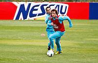 ATENÇÃO EDITOR: FOTO EMBARGADA PARA VEÍCULOS INTERNACIONAIS - COTIA,SP,04 SETEMBRO 2012 - TREINO SELEÇÃO BRASILEIRA - Davi Luiz (d) durante treino da seleção brasileira na tarde de hoje no CT do São Paulo em Cotia.FOTO ALE VIANNA - BRAZIL PHOTO PRESS.
