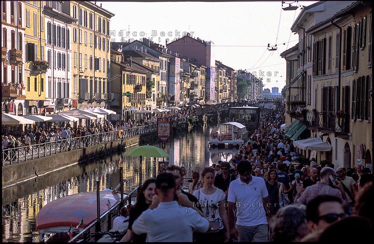 Milano, folla di gente lungo il Naviglio Grande per la giornata festiva --- Milan, crowd at the canal Naviglio Grande for the holiday