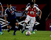 BOGOTÁ - COLOMBIA, 06-05-2018: Wilson Morelo (Der.) jugador de Independiente Santa Fe, disputa el balón con Jhon Duque (Izq.) jugador de Millonarios, durante partido de la fecha 19 entre Independiente Santa Fe y Millonarios, por la Liga Aguila I 2018, en el estadio Nemesio Camacho El Campin de la ciudad de Bogota. / Wilson Morelo (R) player of Independiente Santa Fe struggles for the ball with Jhon Duque (L) player of Millonarios, during a match of the 19th date between Independiente Santa Fe and Millonarios, for the Liga Aguila I 2018 at the Nemesio Camacho El Campin Stadium in Bogota city, Photo: VizzorImage / Luis Ramírez / Staff.