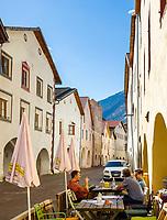 Italien, Suedtirol (Trentino - Alto Adige), Vischgau, Glurns: die einzige Stadt im Vinschgau, Café in der Laubengasse   Italy, South Tyrol (Trentino - Alto Adige), Val Venosta, Glurns (Italian: Glorenza): the only town in Val Venosta, café at lane Laubengasse