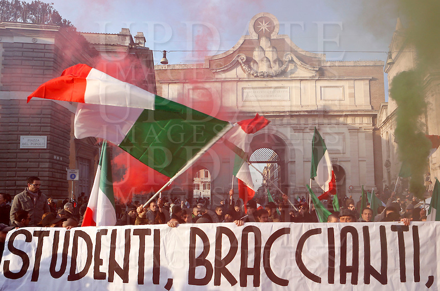 Manifestazione del Movimento dei Forconi contro le politiche di austerita' del governo, le tasse e la disoccupazione, in Piazza del Popolo a Roma, 18 dicembre 2013.<br /> Pitchforks Movement's protesters gather against government's austerity measures, taxes and unemployment in Rome, 18 December 2013.<br /> UPDATE IMAGES PRESS/Riccardo De Luca
