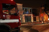 SAO PAULO, SP, 15-09-2014, INCENDIO. Na noite desse domingo (14) uma farmacia e uma moradia pegaram fogo no Largo Sao Jose do Maranhao no bairro do Tatuape, zona leste de Sao Paulo. Segundo vizinhos, um casal que mora no local, estavam brigando, na sequencia o incendio começou. Quandos os Bombeiros chegaram, localizaram o homem se protegendo das chamas dentro do banheiro do imovel, havia muito sangue no local, a mulher não foi localizada. Ele foi socorrido e encaminhado ao Hospital Tatuape. Seis viaturas atenderam a ocorrencia.   Luiz Guarnieri/ Brazil Photo Press.