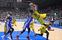 Armin Trtovac (Fraport Skyliners) und Kerron Johnson (MHP Riesen Ludwigsburg) kaempfen um den Ball - 04.02.2018: Fraport Skyliners vs. MHP Riesen Ludwigsburg, Fraport Arena Frankfurt