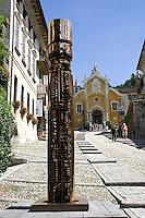 Scultura in bronzo di Arnaldo Pomodoro: colonna del viaggiatore 1965-1966.bronzo 306 x ø 50 cm....Bronze sculpture of Arnaldo Pomodoro: Voyager's Column, 1965/1966, .bronze 360 × ø 50 cm