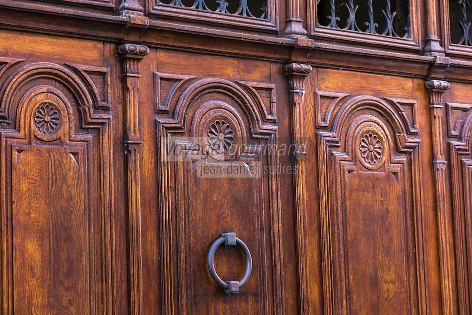 France, Aquitaine, Pyrénées-Atlantiques, Pays Basque, Saint-Palais: Maisons basques , rue du Palais de Justice , détail porte  //  France, Pyrenees Atlantiques, Basque Country, Saint Palais: Basque houses Street  Palais de Justice , door retail