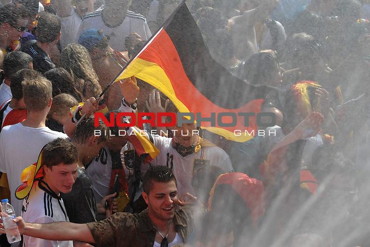 03.07.2010, Hyundai Fan Park, Hamburg, GER, FIFA Worldcup, Puplic Viewing Deutschland vs Argentinien  im Bild Fans mit Deutschland-Outfit bei der Dusche von der Feuerwehr<br /> Foto &copy;  nph /  Witke *** Local Caption *** Fotos sind ohne vorherigen schriftliche Zustimmung ausschliesslich f&uuml;r redaktionelle Publikationszwecke zu verwenden.<br /> <br /> Auf Anfrage in hoeherer Qualitaet/Aufloesung