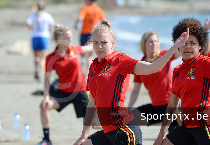 20180302 - LARNACA , CYPRUS :  Belgian Sarah Wijnants  pictured during a Muscular warm up training session on the beach before a women's soccer game between The Belgian Red Flames and Spain , on friday 2 March 2018 on the CTO Beach in Larnaca , Cyprus . The game will be the second game in group B for Belgium during the Cyprus Womens Cup , a prestigious women soccer tournament as a preparation on the World Cup 2019 qualification duels. PHOTO SPORTPIX.BE | DAVID CATRY