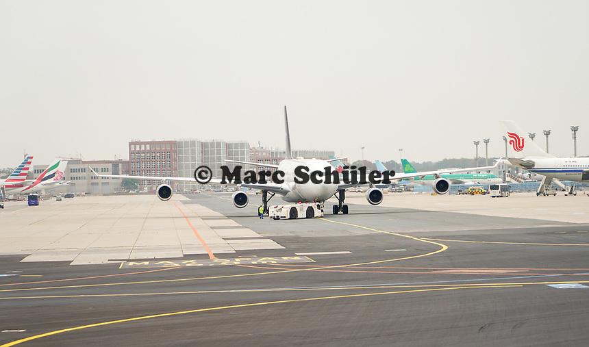 Flugzeug der Star Alliance auf dem Vorfeld des Frankfurter Flughafens - Frankfurt 23.10.2019: Schüler machen Zeitung bei Singapore Airlines
