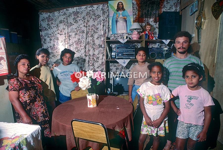Familia de moradores de barraco, favela  Heliopolis, Sao Paulo. 1992. © Juca Martins