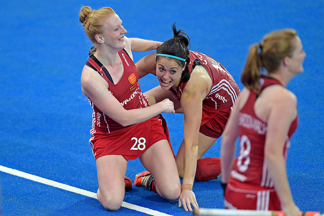 ENG - London, England, August 30: Team of England celebrates after winning the women Gold Medal Match between England (red) and The Netherlands (white) on August 30, 2015 at Lee Valley Hockey and Tennis Centre, Queen Elizabeth Olympic Park in London, England. Final score 2-2 (3-1 SO). (Photo by Dirk Markgraf / www.265-images.com) *** Local caption *** Nicola WHITE #28 of England, Sam QUEK #13 of England