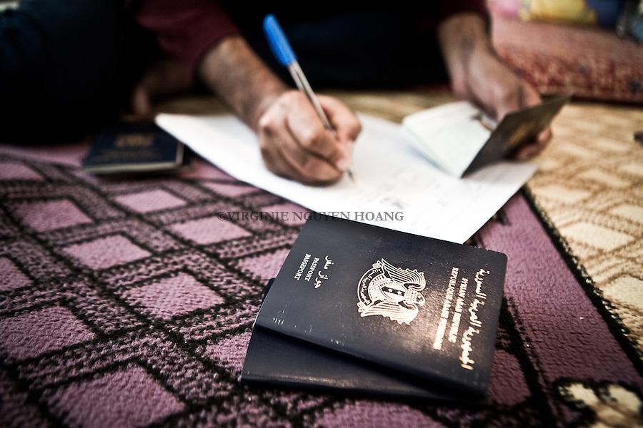 EGYPT, 6 of October City: Abu Ali is filling in some forms for his residency in Egypt. <br /> <br /> EGYPTE, ville du 6 octobre: Abu Ali remplit des formulaires pour sa r&eacute;sidence en Egypte.