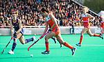 ROTTERDAM - Ginella Zerbo (Ned) met Julia Young (USA)   tijdens de Pro League hockeywedstrijd dames, Nederland-USA  (7-1) .   COPYRIGHT  KOEN SUYK