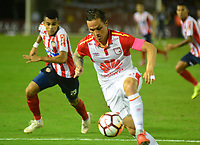 BARRANQUIILLA - COLOMBIA, 29-11-2018:Luis Diaz  (Izq.) de Junior disputa el balón con Luis Seijas (Der.) del Santa Fe durante el encuentro entre Atlético Junior de Colombia e Independiente Santa Fe de Colombia por la semifinal, vuelta, de la Copa CONMEBOL Sudamericana 2018 jugado en el estadio Roberto Meléndez de la ciudad de Barranquilla. / Luis Diaz (L) of Junior struggles for the ball withLuis Seijas (R) of Santa Fe during a semifinal second leg match between Atletico Junior of Colombia and Independiente Santa Fe of Colombia as a part of Copa CONMEBOL Sudamericana 2018 played at Roberto Melendez stadium in Barranquilla city Atletico Junior de Colombia e Independiente Santa Fe de Colombia en partido por la semifinal, vuelta, de la Copa CONMEBOL Sudamericana 2018 jugado en el estadio Roberto Meléndez de la ciudad de Barranquilla. / Atletico Junior of Colombia and Independiente Santa Fe of Colombia in Semifinal second leg match as a part of Copa CONMEBOL Sudamericana 2018 played at Roberto Melendez stadium in Barranquilla city.  Photo: VizzorImage/ Alfonso Cervantes / Cont