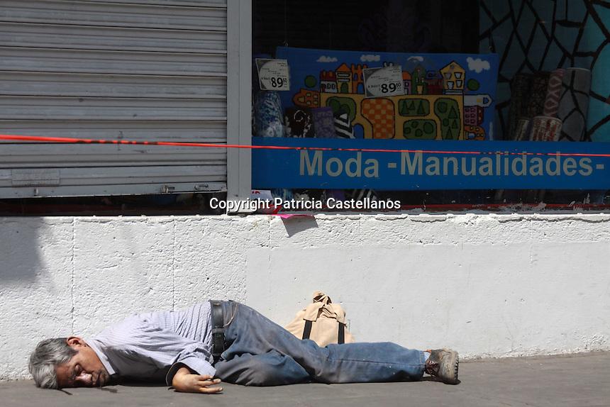 Oaxaca de Ju&aacute;rez, Oax. 04/03/2016.- Elementos de la polic&iacute;a federal, estatal y municipal, se movilizaron r&aacute;pidamente a la calle de las Casas contra esquina de Bustamante, luego que les fuera reportado el cuerpo de un hombre de la tercera edad, quien se encontraba tirado sobre la banqueta de dichas referencias viales, por lo que los uniformados arribaron a la zona donde se percataron que el ciudadano hab&iacute;a fallecido.<br /> <br /> A decir del MP,  el finado respond&iacute;a al nombre de Abel Manuel P&eacute;rez Aquino, de aproximadamente 60 a&ntilde;os de edad, dichos datos referidos de una credencial del Instituto Nacional de las Personas Adultas Mayores (INAPAM) con la que contaba el difunto dentro de sus pertenec&iacute;as, en tanto, se&ntilde;al&oacute; que no se pod&iacute;a dar una rese&ntilde;a real de su defunci&oacute;n, ya que la informaci&oacute;n solo reportaba el desvanecimiento del hombre sobre la acera, por lo que ser&aacute; hasta su an&aacute;lisis a fondo que se sepa el motivo real de su muerte.<br /> <br />  <br /> <br /> En sus pertenec&iacute;as se localiz&oacute; una credencial del INAPAM tentativamente con los supuestos datos del difunto, el cual ten&iacute;a su domicilio en la calle Morelos Numero 4 en Santa Cruz Xoxocotl&aacute;n, calculamos que tiene como 60 y tantos a&ntilde;os, lo reportaron aproximadamente a las 2 de la tarde, y los compa&ntilde;eros de delitos periciales determinaran la raz&oacute;n del fallecimiento, por lo que ser&aacute; remitido el cuerpo a la Fiscal&iacute;a General del Estado, concluy&oacute;.