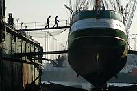 """4415 / Alexander von Humboldt: EUROPA, DEUTSCHLAND, NIEDERSACHSEN, (EUROPE, GERMANY), 16.10.2005: Arbeiten am Rumpf im Schwimmdock der Rickmers Lloyd Dockbetrieb GmbH & Co. KG. Das Unternehmen wurde 1972 gegruendet und ist aus einem Tochterunternehmen der beiden Werften """"Bremer Vulkan AG"""" und """"Rickmers Werft"""" hervorgegangen. Die Umfirmierung erfolgte im Jahre 1988 im Rahmen der Neuordnung der Werftindustrie im Lande Bremen. Seitdem wird die Mehrheitsbeteiligung von der Lloyd Werft Bremerhaven GmbH gehalten. Die Alexander von Humboldt, wurde benannt nach dem großen deutschen Forschungsreisenden, Naturwissenschaftler, Geograph, Diplomat und Mitbegruender der Berliner Universitaet (1769 - 1859). Das ehemalige Reservefeuerschiff wurde 1986 von der S.T.A.G (Sail Training Association Germany) erworben und zum Großsegler umgebaut. .Die Alexander von Humboldt ist heute eine Bark. Sie ist 63,00m ue. a. lang, 8,10 m breit, hat einen Tiefgang von 5,00 m, 25 Segel mit einer Gesamtflaeche von 1010 m2"""