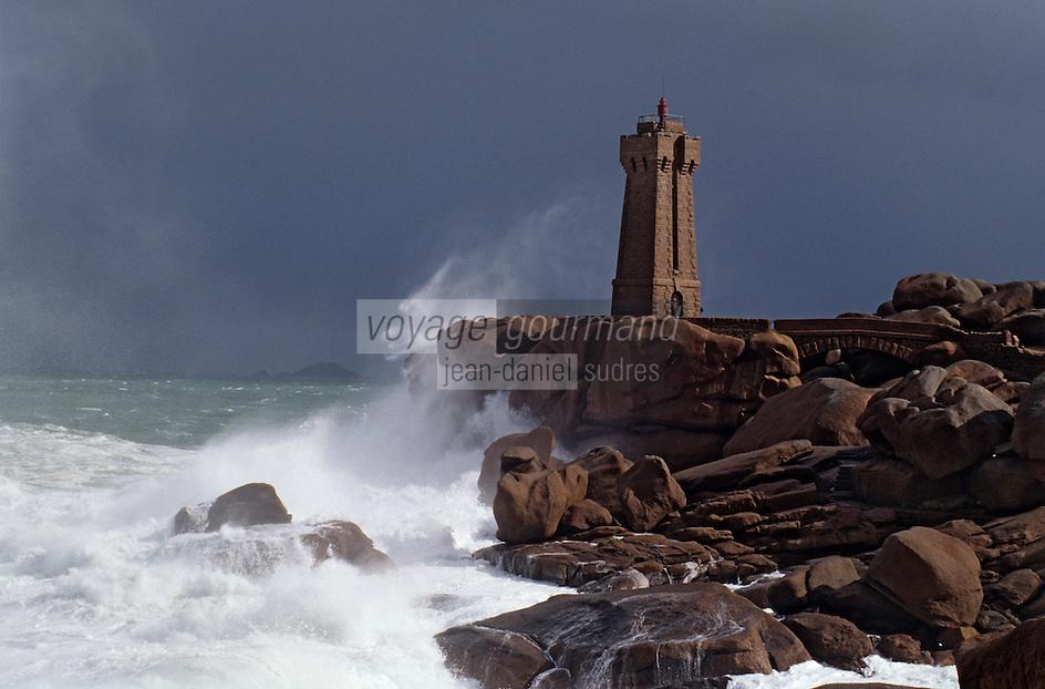 Europe/France/Bretagne/22/Côtes-d'Armor/Circuit de la Côte des Ajoncs/Plougrescant: Le phare et la côte de granit rose