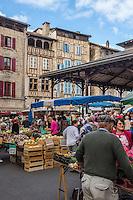 France, Lot, (46),  Figeac: Marché sous la halle place Carnot  et maisons médiévales  // France, Lot, Figeac:  market place Carnot and medieval houses