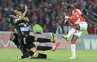 BOGOTÁ -COLOMBIA, 06-12-2014. Jefferson Cuero (Der) jugador de Independiente Santa Fe dispara al arco en frente dedos jugadores de Once Caldas durante partido por la fecha 5 de los cuadrangulares semifinales de la Liga Postobón II 2014 jugado en el estadio Nemesio Camacho el Campín de la ciudad de Bogotá./ Jefferson Cuero (R) player of Independiente Santa Fe shoots to the arc in front of two players of Once Caldas during the match for the 5th date of the semifinal quadrangular of the Postobon League I 2014 played at Nemesio Camacho El Campin stadium in Bogotá city. Photo: VizzorImage/ Gabriel Aponte / Staff