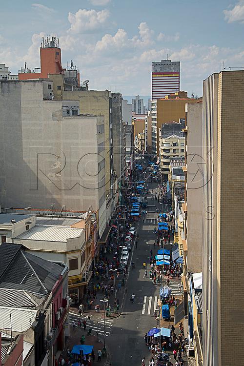 Movimentação de pedestres na Rua 25 de Março, São Paulo - SP, 10/2016.