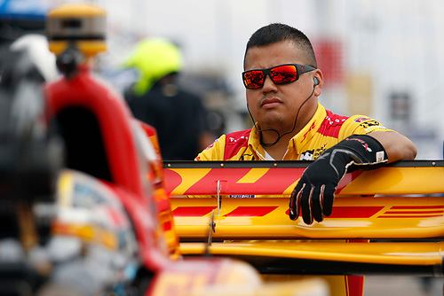 11-13 March, 2016, St Petersburg, Florida USA<br /> 28 Ryan Hunter-Reay crew member waiting to start car<br /> ©2016, Sam Cobb<br /> LAT Photo USA
