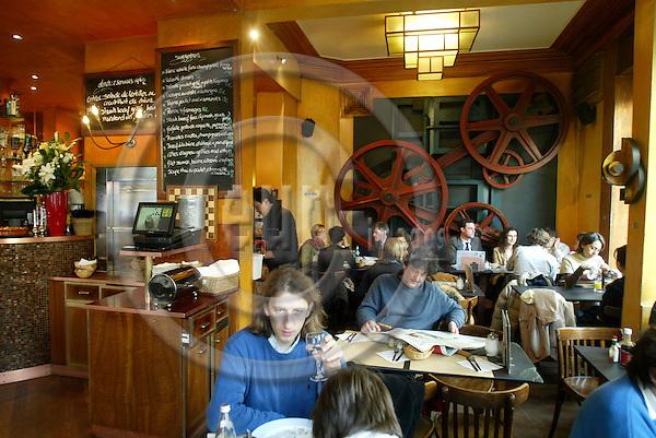 BRUSSELS - BELGIUM - 22 NOVEMBER 2005 -- Brasserie L'Ultime Atome in Ixelles.  PHOTO: ERIK LUNTANG / EUP-IMAGES..