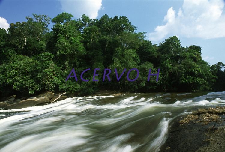corredeira no rio Preto, município de Candeias do Jamari - Rondônia. Dezembro de 2003