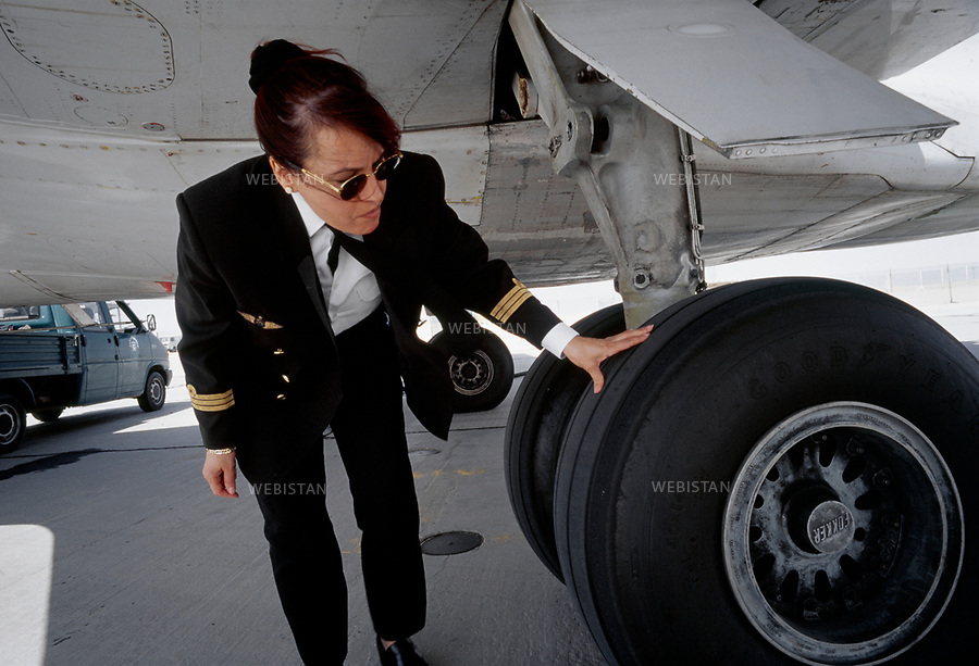 2000. Aysh Gammo, first Libyan woman civil airplane pilot. Aysh Gammo, première femme libyenne pilote d'avion civil.