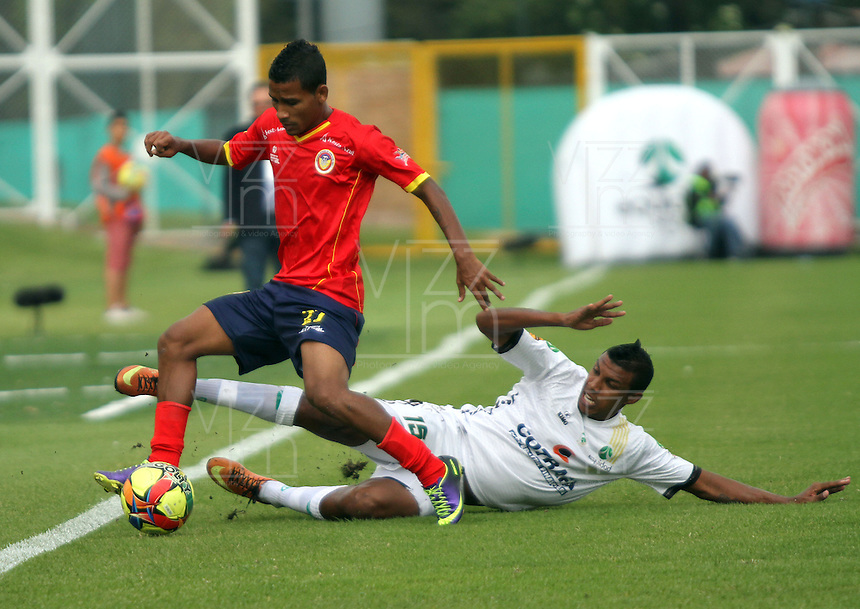 BOGOTA -COLOMBIA. 15-02-2014.  Paulo Cesar Arango (Der)  de La Equidad  disputa el balon contra Nelino Tapia de La Universidad Autonoma partido por la quinta fecha de La liga Postobon 1 disputado en el estadio Metropolitano de Techo . /   Paulo Cesar Arango of La Equidad fights the ball  against Nelino Tapia of  Universidad Autonoma  during the match for the fifth round of The Postobon one league match at the Metropolitano of Techo Stadium . Photo: VizzorImage/ Felipe Caicedo / Staff