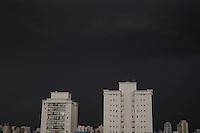 SAO PAULO, SP, 17.03.2014 - CLIMA TEMPO / SAO PAULO Nuvens carregadas na regiao da Mooca, zona leste de São Paulo, na tarde dessa segunda-feira (17).  Foto: Luiz Guarnieri/ Brazil Photo Press.