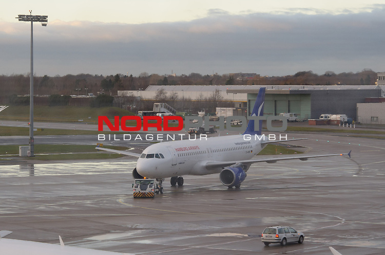 08.01.2014, Flughafen, Bremen, GER, 1.FBL, Werder Bremen Abreise Trainingslager Jerez, im Bild Der Airbus A320 mit Pushback<br /> <br /> Foto &copy; nordphoto / Frisch