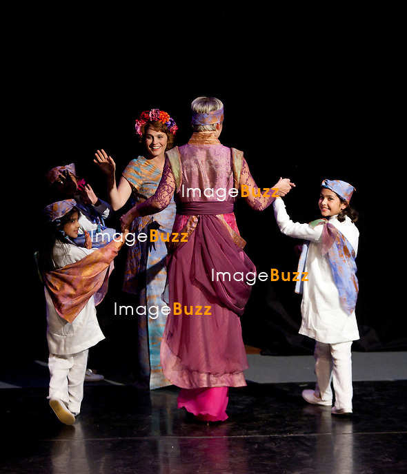 """MAUREEN DOR - """" Water for India """", Soirée  à Bruxelles au profit de l'association Objectif Ô, créée et est présidée par Jean-Denis Lejeune, avec un défilé des créations de stylistes belges dont les mannequins sont des personnalités du monde du spectacle, de la télévision, du sport et de la politique. La soirée s'est déroulée à l'école du cirque de Bruxelles. 7 novembre 2012."""