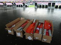 Fussball International  WM Qualifikation 2014   in Bern Schweiz - Slowenien         15.10.2013 Kartons mit Schweizer Fahnen im Stade de Suisse in Bern