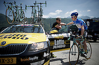 maglia azzurra Steven Kruijswijk (NLD/LottoNL-Jumbo) checking in with DS Jan Boven at the start<br /> <br /> Giro d'Italia 2015<br /> stage 18: Melide (SUI) - Verbania (170km)